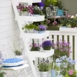 2-etajera alba din lemn cu flori decor balcon sau terasa