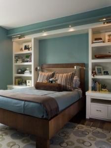 2-etajere cu polite si sertare pe peretele de la capul patului din dormitor
