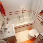 2-exemplu de amenajare a unei bai obisnuite de apartament finisate in alb si portocaliu