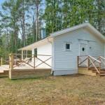 2-exterior casa alba din lemn cu prispa