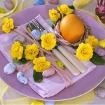 2-farfurii mov si accesorii galbene decor festiv masa de Pasti