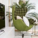2-fotoliu cu tapiterie verde Greenery in amenajarea unui living modern
