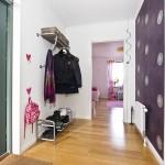 2-hol intrare apartament modern cu 3 camere perete finisat cu tapet decorativ mov inchis cu imprimeu floral