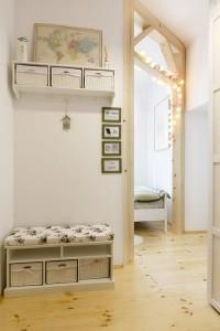 2-holul-micului-apartament-de-33-mp-in-care-se-afla-si-un-dulap-mare-pentru-haine