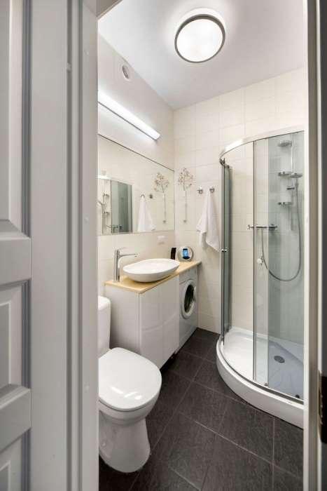 2-idee-amenajare-baie-mica-alba-dus-wc-lavoar-masina-spalat