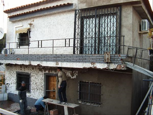 2-in timpul lucrarilor de renovare a fatadei casa veche