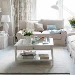2- living decorat in nuante pastelate cu textile neutre cu imprimeu