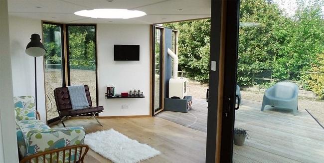 2-living deschis spre terasa casa mica modulara in forma de fagure Hivehaus