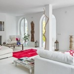 2-living spatios alb cu mobilier alb si decoratiuni de culoare rosie