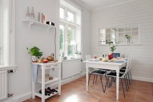 2 loc de luat masa in bucatarie amenajata stil scandinav
