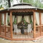 2-loc de luat masa intr-un foisor din lemn masiv