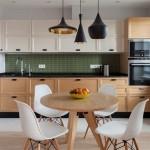 2-masa si scaune asortate culorii dulapurilor de bucatarie