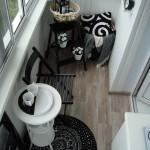 2-mic spatiu de luat masa sau de servit cafeaua intr-un balcon mic