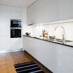 2-mobila pe colt de culoare alba decor bucatarie moderna lunga si ingusta