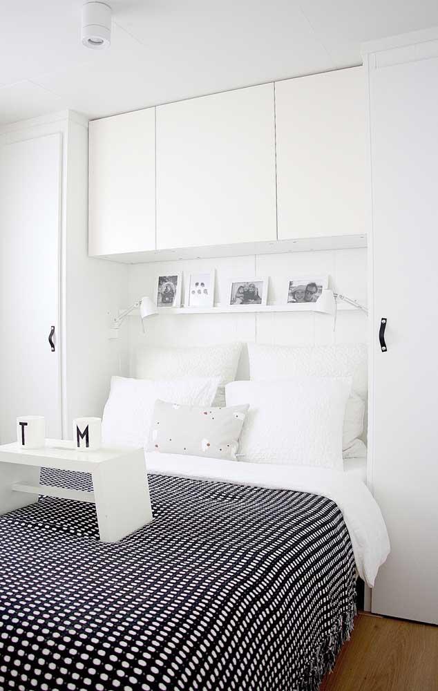 mobila ton perete alb amnajare dormitor ingust
