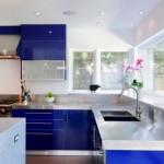 2-mobilier albastru electric in decorul unei bucatarii moderne albe