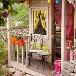 2-mobilier mic pe prispa unei casute de joaca din gradina decorata frumos