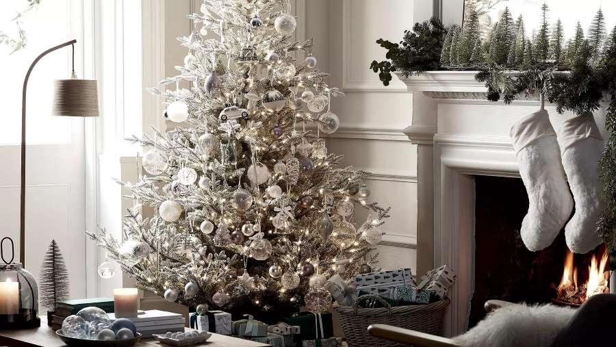 2-model-brad-Craciun-decorat-numai-alb