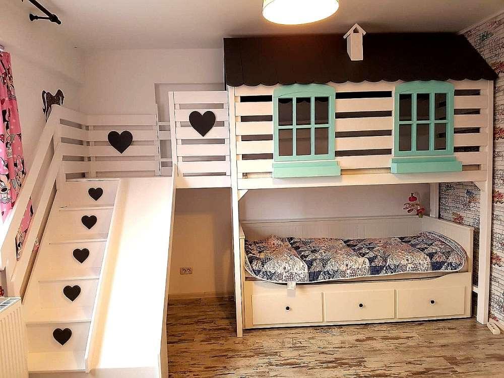 2-model-pat-copii-supraetajat-casuta-alba-accente-negre-bleu