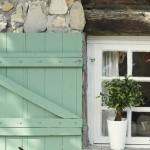 2-obloane bleu din lemn la ferestrele casei din piatra