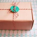 2-ornare cadou de Craciun cu sfoara in alb si rosu prinsa cu un nasture