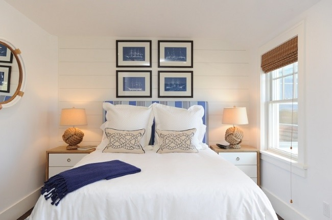 2-pat asezat langa fereastra in amenajarea unui dormitor mic
