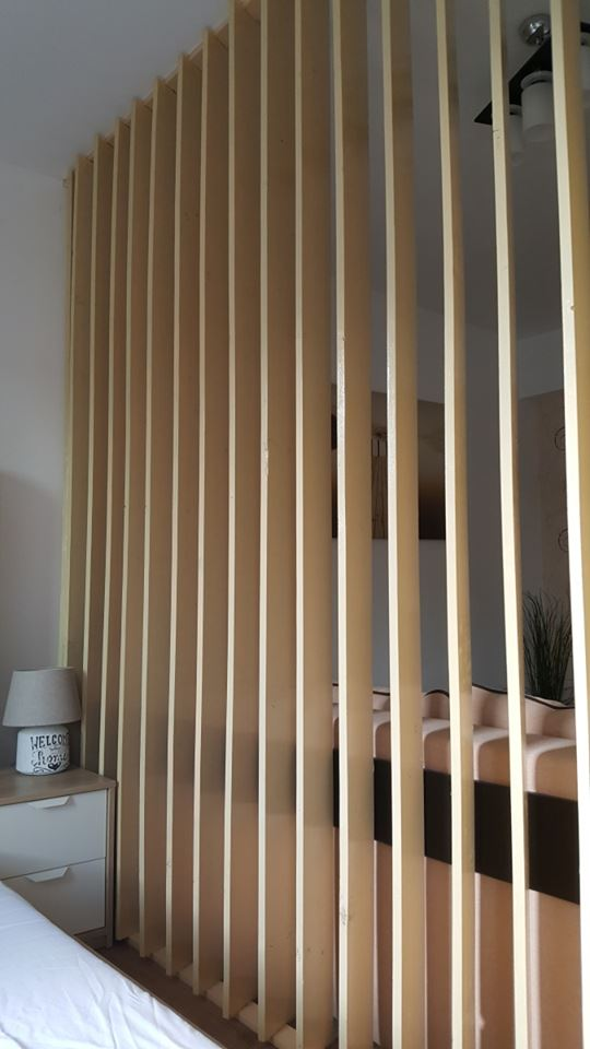 perete despartitor scanduri lemn camera garsoniera