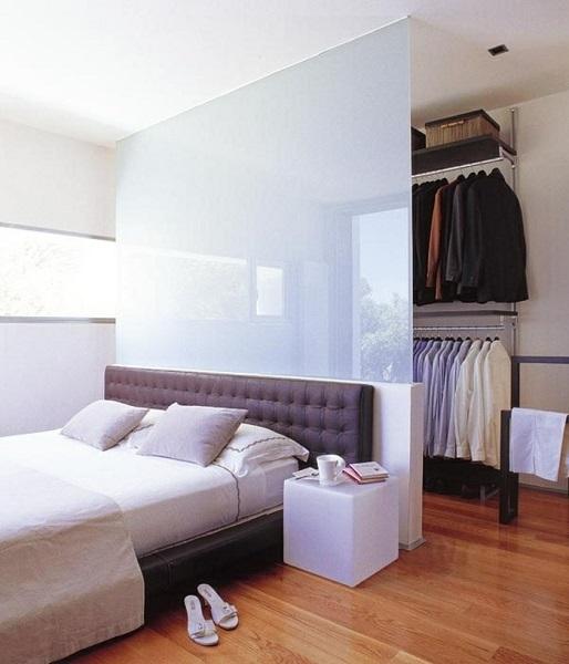 2-perete din sticla alba ce separa patul de dressingul din dormitor