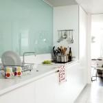2-perete placat cu panou din sticla colorata in bucatarie moderna alba