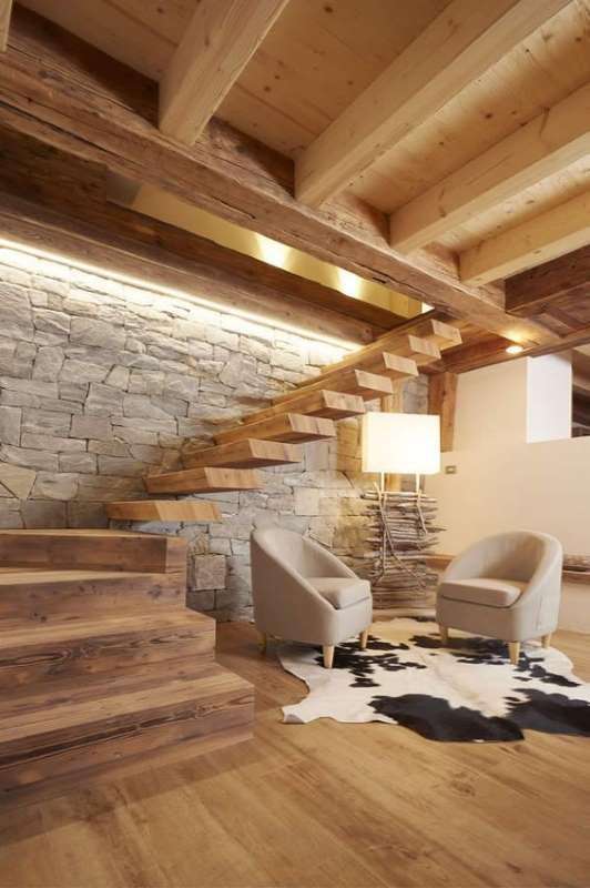 2-piatra-naturala-perete-scara-interioara-decor-stil-eco