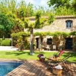 2-piscina si terasa placata cu dusumea de lemn casa din piatra spania