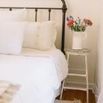 2-scaun vechi in locul noptierei de la capul patului amenajare dormitor rustic