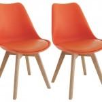 2-scaune portocalii cu picioare din lemn bucatarie stil scandinav sau modern