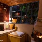 2-semineu cu foc de lemne construit intr-un garaj transformat in camera locuibila