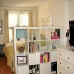 2-separarea patului de living cu ajutorul unei etajere