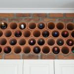 2 suport sticle vin tip fagure incastrat in perete de caramida din bucatarie