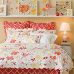 2-tablouri asortate expuse pe polita alba montata pe peretele de la capul patului