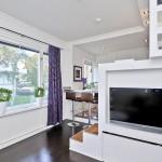 2-televizor si polite din gips carton integrate in platforma inaltata sub care este ascuns patul