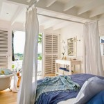2-textile albastre si bleu in decorul unui dormitor alb