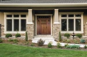 2-usa de exterior din lemn cu tocarie alba asortata cu tamplaria exterioara