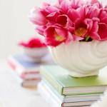 2-vaza cu flori si carti decor masuta din lemn living