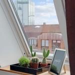 20-detaliu decorativ pervaz fereastra garsoniera mica 36 mp mansarda
