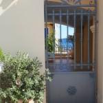 21-poarta intrare curte casa construita intre doua golfuri sat Asos Kefalonia