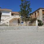23-case din piatra pe malul marii din Paralio Astros Grecia