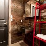 23-perete placat cu lambriu din lemn decor perete baie industriala vintage