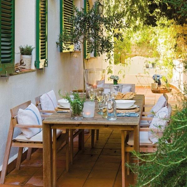 24-loc de luat masa pe terasa langa casa veche restaurata cu obloane de lemn la ferestre