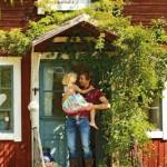24-sef ikea spania pe treptele casei de vacanta din suedia