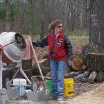 3-Cara Brookins preparand betonul necesar pentru turnarea fundatiei