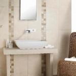 3-accente decorative baie cu dungi verticale montate pe peretele din zona lavoarului