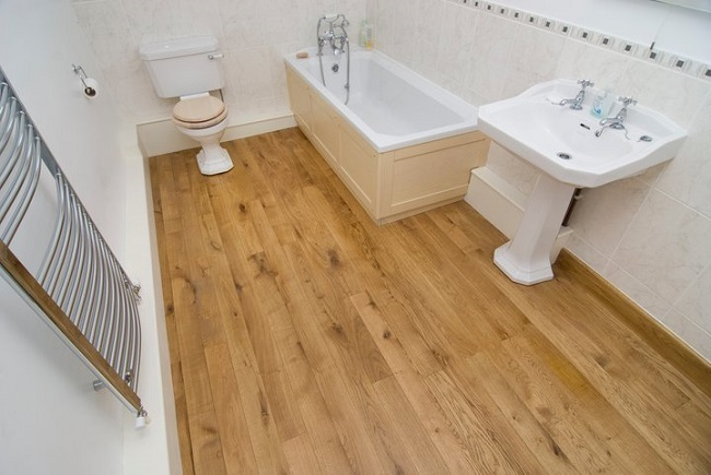 3-baie cu pardoseala placata cu parchet laminat rezistent la umezeala